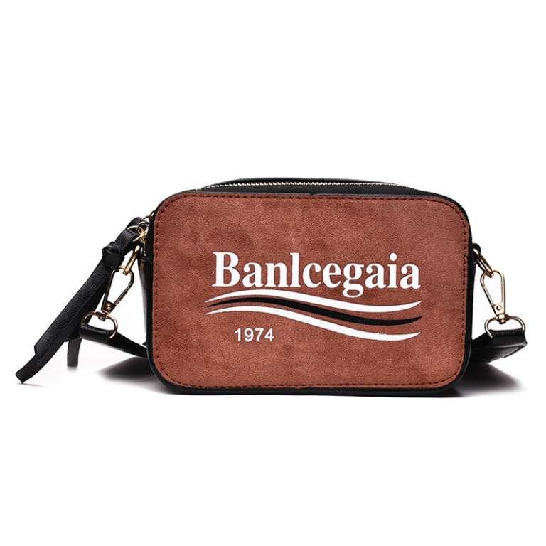 กระเป๋าสะพายใบเล็ก Small shoulder bag
